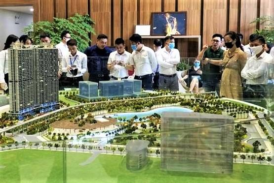 Khách hàng đang xem sa bàn của một dự án tại Hà Nội vào tháng 5/2020. Ảnh: MIKGroup.