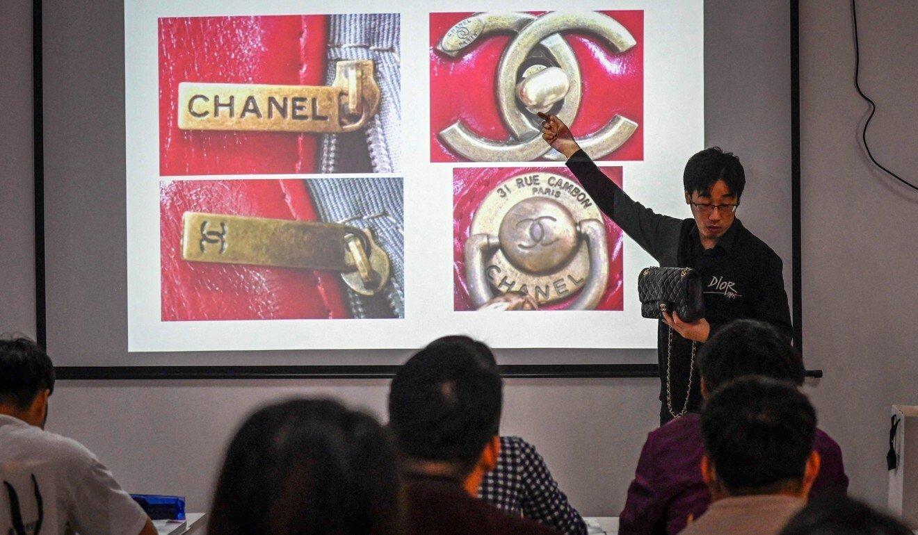 Bên trong lớp học phân biệt hàng hiệu của Zhang Chen. Ảnh: AFP.
