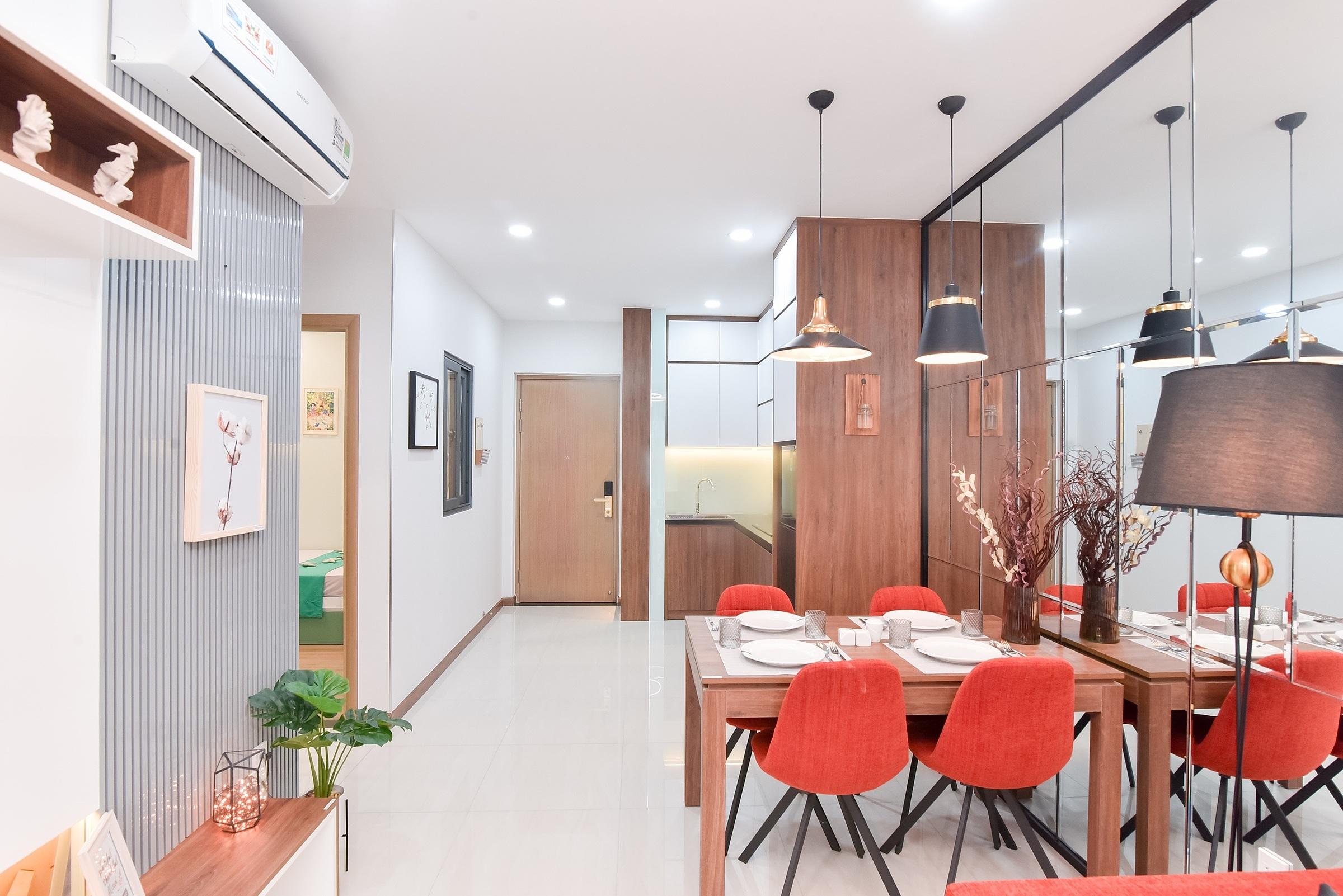 Sử dụng nội thất tông trầm đem đến không gian căn hộ sang trọng, ấm cúng. Cửa chính căn hộ có khả năng chống cháy và được trang bị ổ khoá từ.