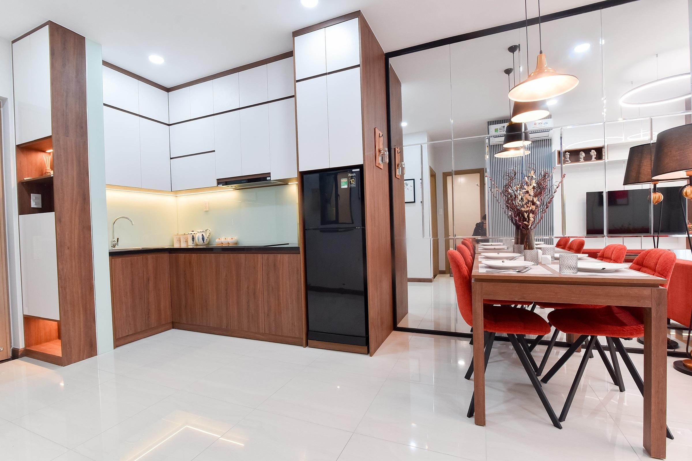 Tủ bếp hoàn thiện bằng vật liệu cao cấp của thương hiệu uy tín. Ngay tại khu bếp còn lắp hệ thống nước uống tại vòi.
