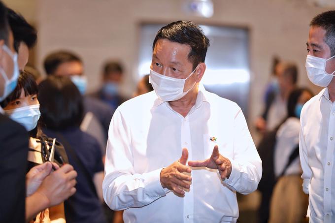 Chủ tịch FPT Trương Gia Bình trao đổi với một số nhà đầu tư, doanh nghiệp, startup lĩnh vực công nghệ... trước khi diễn ra sự kiện. Ảnh: Hữu Khoa.