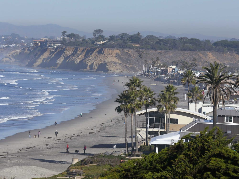 Bãi biển tại Del Mar, California. Ảnh: Reuters
