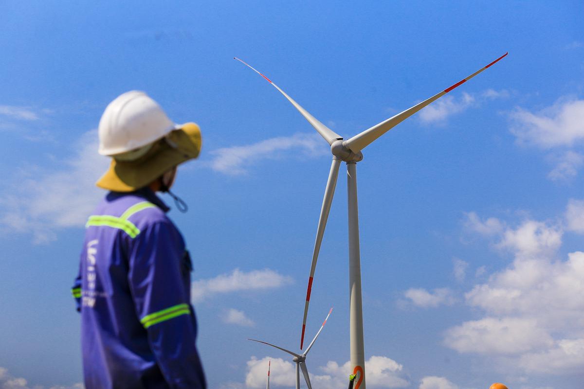 Công nhân làm việc tại dự án điện gió ở tỉnh Bình Thuận. Ảnh: Quỳnh Trần