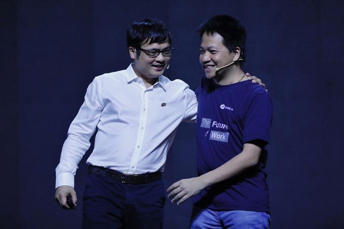 Ông Nguyễn Văn Khoa (trái) và ông Phạm Kim Hùng (phải) với cái ôm thân tình trong sự kiện.