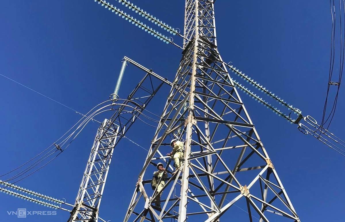 Công nhân Công ty Truyền tải điện 2 bảo dưỡng, sửa chữa trên đường dây lưới điện. Ảnh: Hoài Thu