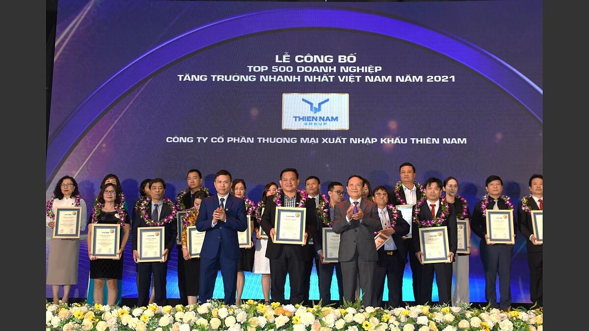 Ông Nguyễn Minh Thư, Phó tổng giám đốc Thiên Nam Group (đứng chính giữa) thay mặt công ty nhận giải thưởng Fast500 năm 2021.