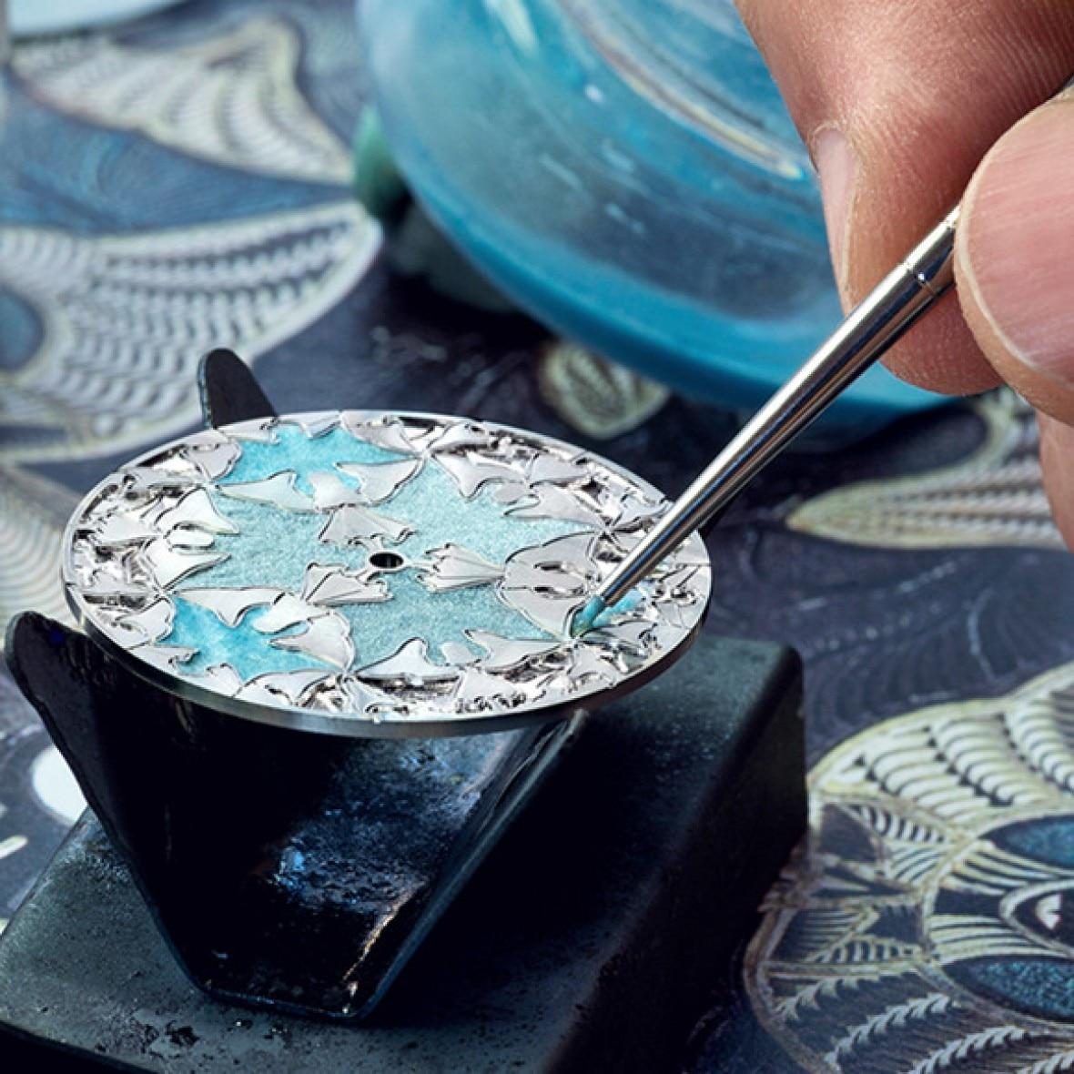 Enamel hay tráng men trên mặt kim loại là một trong những nghệ thuật đặc biệt hiện nay. Theo hãng Vacheron Constantin, chỉ một vài nghệ nhân bậc thầy thực sự làm chủ được kỹ nghệ phức tạp và trắc trở này. Dù là Grand Feu, cloisonné hay champlevé, mỗi cách tráng men đòi hỏi hàng chục năm đào tạo, cùng sự chính xác đến trong kiểm soát màu sắc, nhiệt độ.