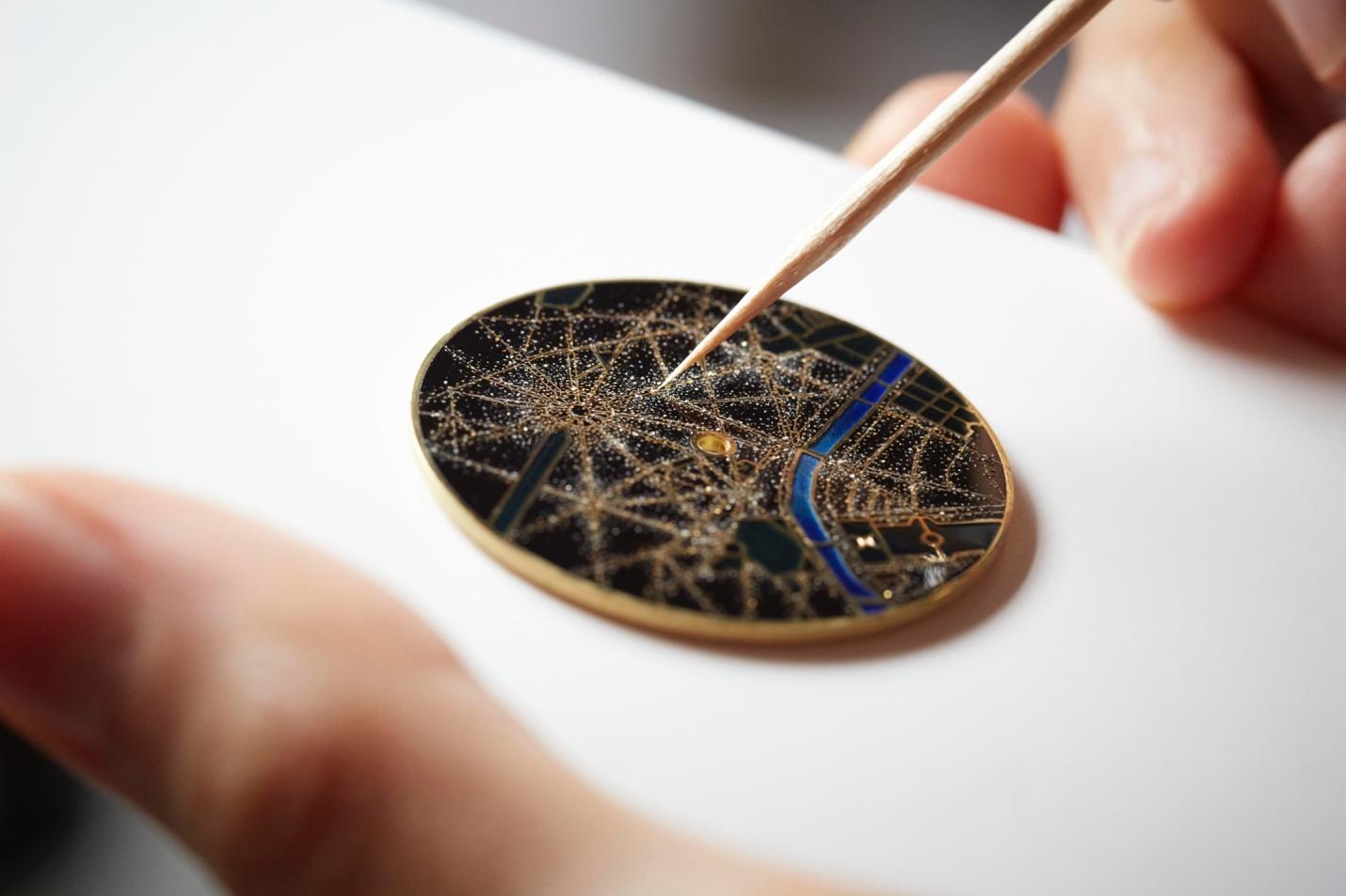 Từ xa xưa, nghệ thuật chế tác đồng hồ và trang sức luôn có mối quan hệ mật thiết. Khi xuất hiện trên đồng hồ, kỹ nghệ khảm nạm đá quý luôn cho ra đời những tác phẩm độc đáo và thu hút. Sự kiên nhẫn, tập trung là yếu tố quan trọng trong giúp những viên đá lấp lánh tỏa hào quang. Kết hợp giữa kỹ thuật và cảm xúc, các nghệ nhân khảm nạm thổi hồn vào các mảnh ghép, đem lại sức sống cho đồng hồ xa xỉ.