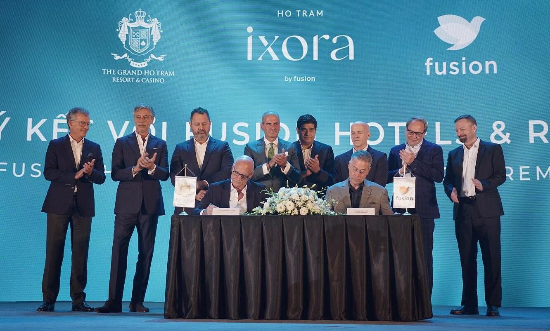 Đại diện chủ đầu tư dự án (ngồi bên phải) và đại diện thương hiệu vận hành (ngồi bên trái) ký kết hợp tác tại sự kiện ra mắt ngày 24/4. Ảnh: Ho Tram Project.
