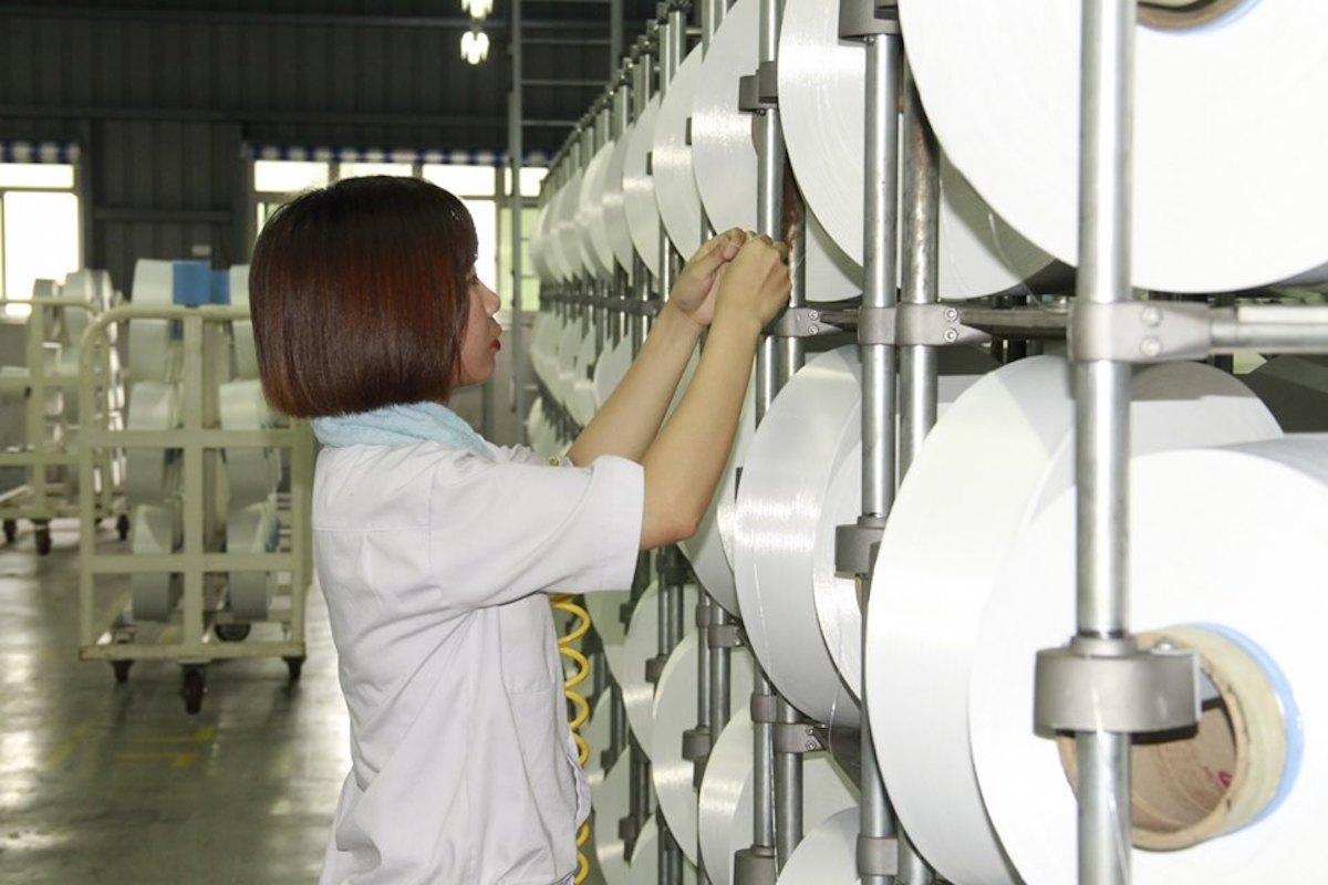 Công nhân làm việc tại Nhà máy xơ sợi Đình Vũ (Hải Phòng). Ảnh: PVTex