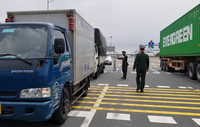 Xe tải biển số tỉnh Hải Dương lưu thông trên cao tốc Hà Nội - Hải Phòng bị yêu cầu quay đầu đi hướng khác hồi cuối tháng 2 khi Hải Dương bùng dịch. Ảnh: Giang Chinh.
