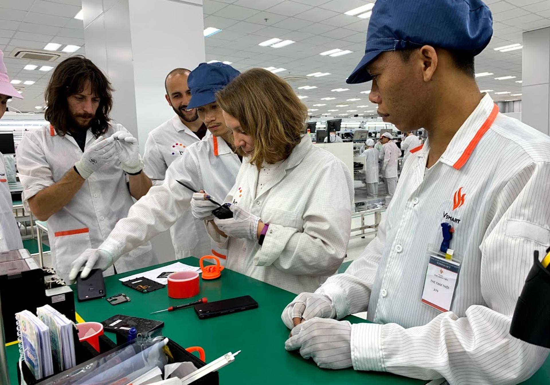 VinSmart có nhà máy sản xuất thiết bị điện tử tại khu công nghệ cao Hoà Lạc, Hà Nội. Công ty từng mua lại 51% cổ phần của BQ - công ty di động Tây Ban Nha, giúp VinSmart có nhiều chuyên gia đến từ hãng này sang làm việc, chuyển giao công nghệ. Ảnh: Tuấn Hưng.