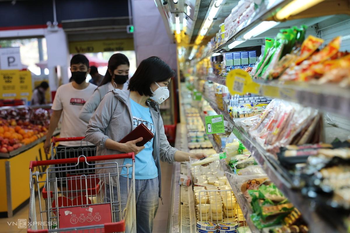 Khách hàng mua sắm tại một siêu thị trên đường Đại La, Hà Nội. Ảnh: Thái Anh