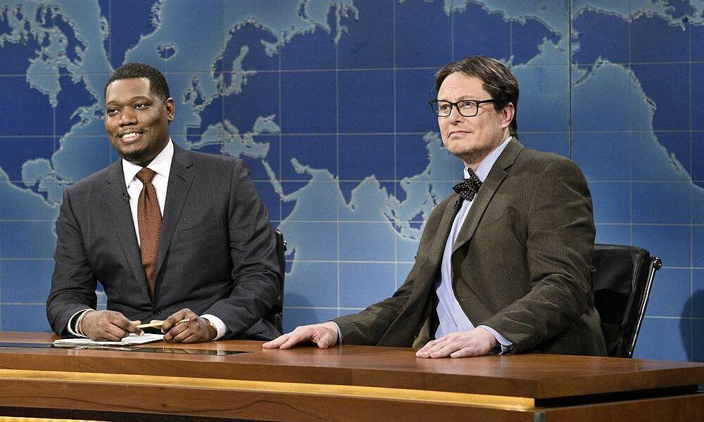 Musk tham gia chương trình hôm 8/5 với phong cách chuyên gia tài chính khi mặc vest, đeo kính. Ảnh: NBC