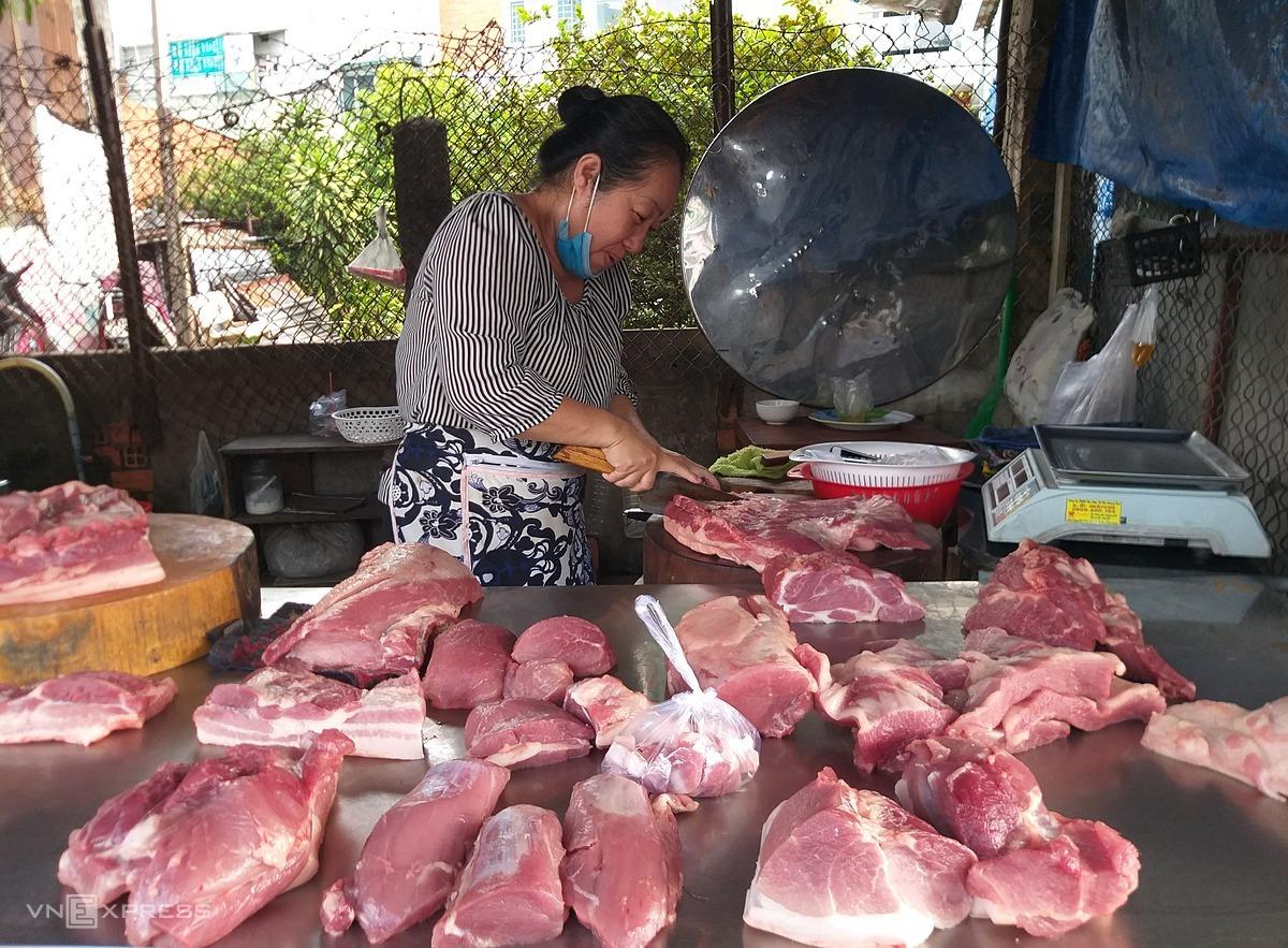 Một sạp bán thịt ở đường Phạm Văn Chiêu (Gò Vấp). Ảnh: Hồng Châu.