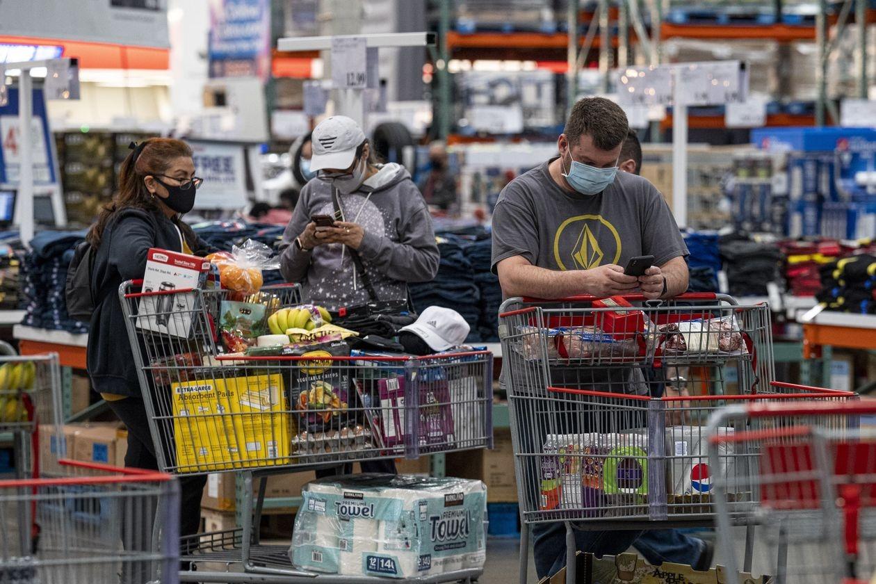 Người Mỹ xếp hàng chờ tính tiền trong một siêu thị. Ảnh: Bloomberg.