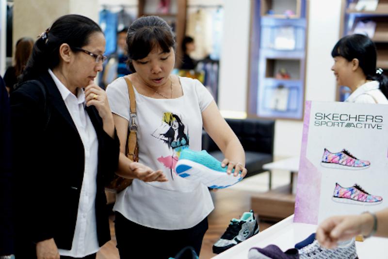 Khách hàng mua sắm tại một trung tâm thương mại ở TP HCM. Ảnh: Việt Tiến