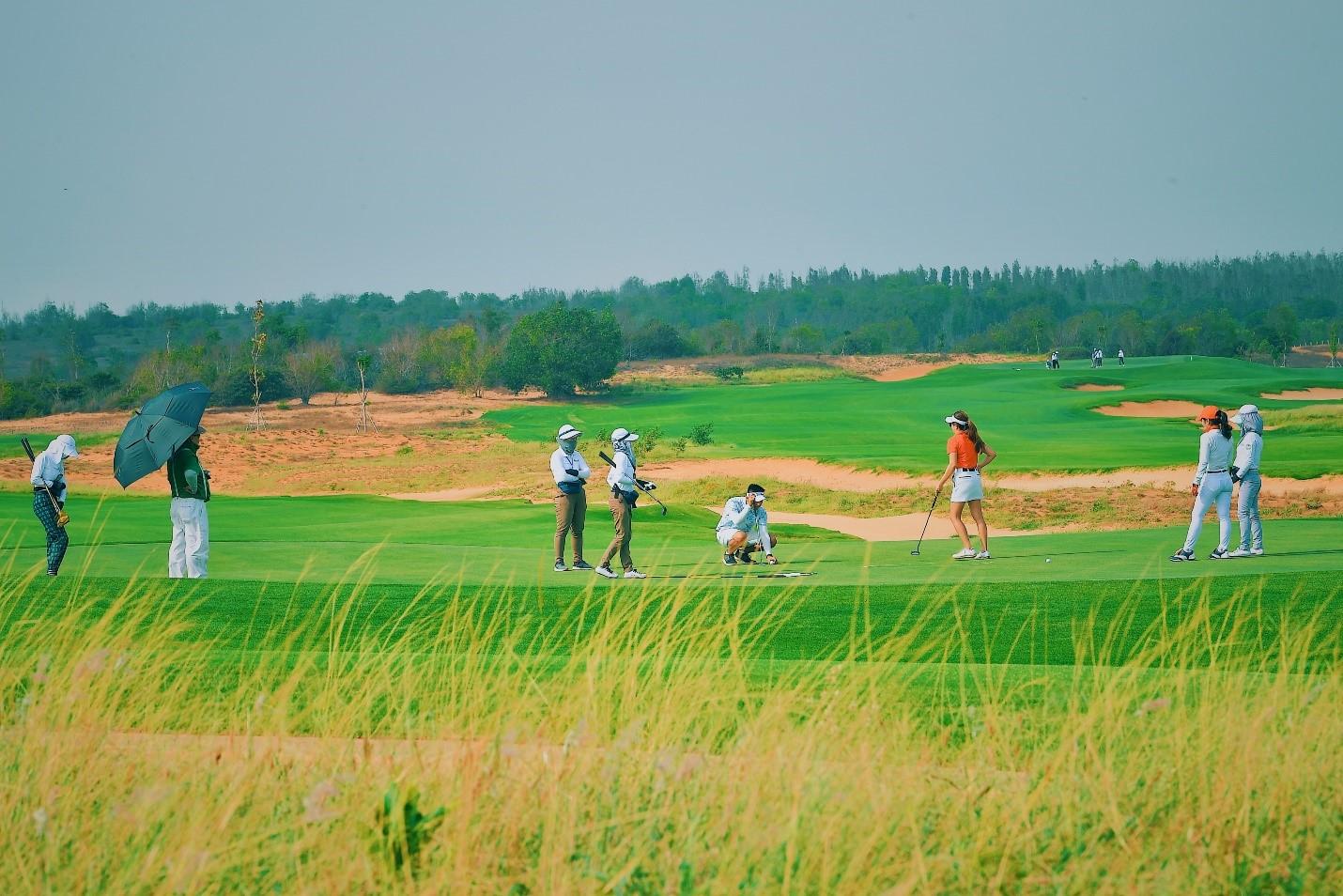 Phan Thiết có khí hậu ôn hòa với hơn 300 ngày nắng trong năm trở thành điểm đến lý tưởng cho dòng biệt thự sân Golf. Ảnh sân Golf PGA Ocean tại NovaWorld Phan Thiet.