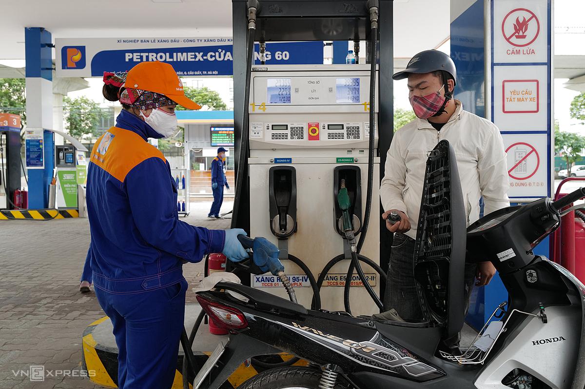 Người mua xăng tại cây xăng Cầu Giấy (Hà Nội). Ảnh: Ngọc Thành.