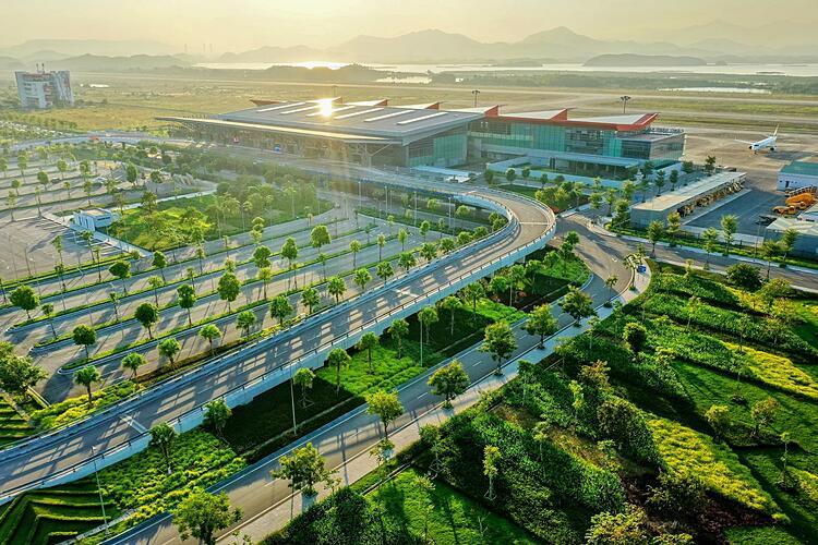 Cảng hàng không quốc tế Vân Đồn - sân bay quốc tế đầu tiên do tư nhân xây dựng.