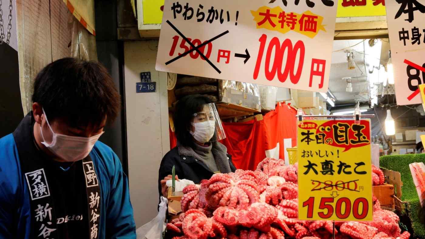 Một chợ hải sản tại Tokyo. Ảnh: Reuters.