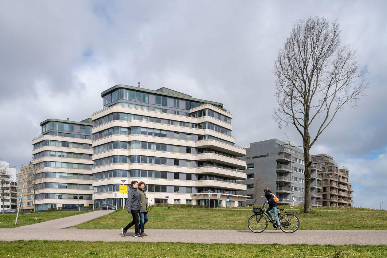 Các khu chung cư ở Amsterdam, Hà Lan, nơi giá nhà tăng 7,8% năm 2020. Ảnh: Bloomberg News.