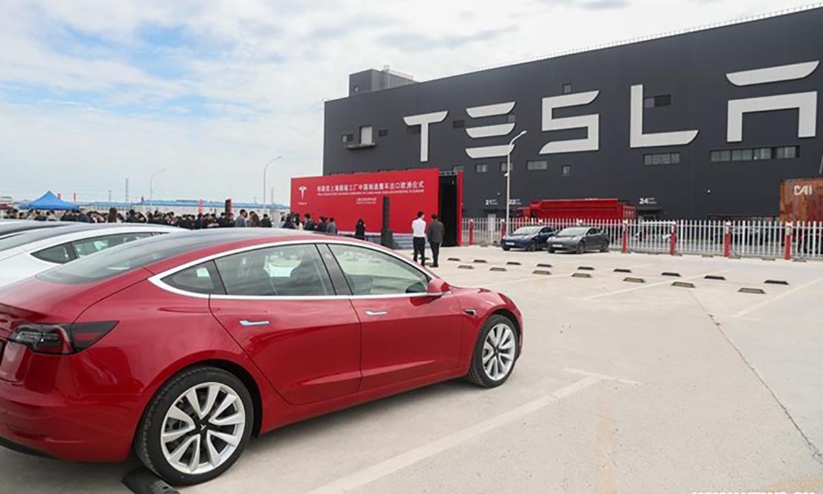 Bên ngoài nhà máy Tesla tại Thượng Hải. Ảnh: Xinhua
