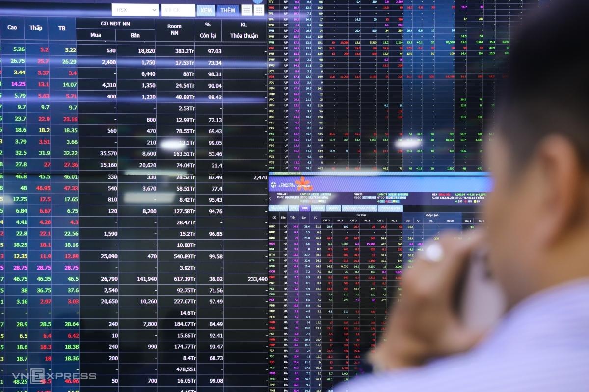 Nhà đầu tư giao dịch chứng khoán tại sàn Yuanta ở quận 1, TP HCM, tháng 3/2021. Ảnh: Quỳnh Trần.