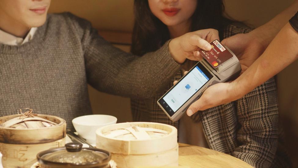 Thiết bị SmartPOS của VNPAY chấp nhận thanh toán tất cả các loại thẻ.