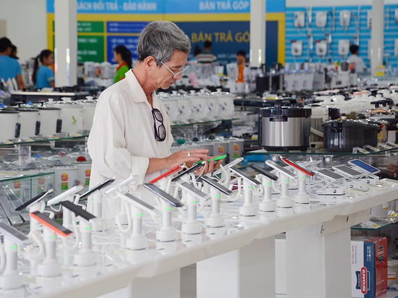 Khách hàng dùng thử điện thoại tại siêu thị Điện Máy Xanh: Ảnh: Website ĐMX.