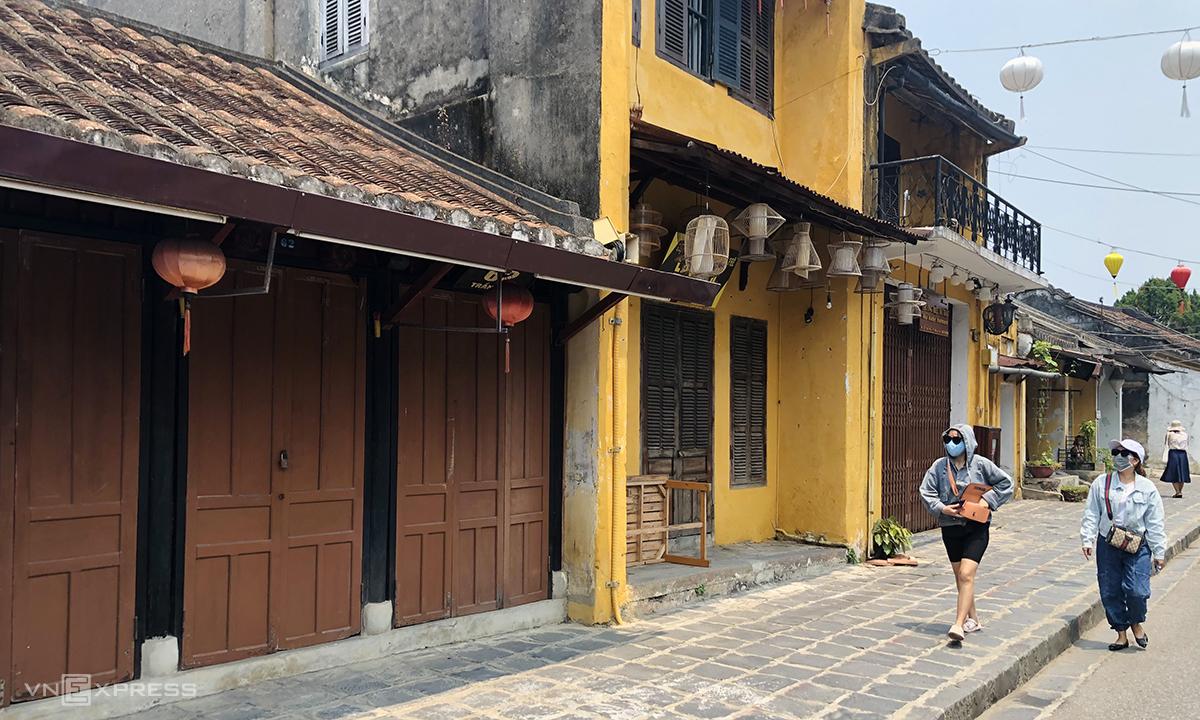 Hàng quán đóng cửa, du khách thưa thớt trên đường Trần Phú, Hội An. Ảnh: Anh Tú.