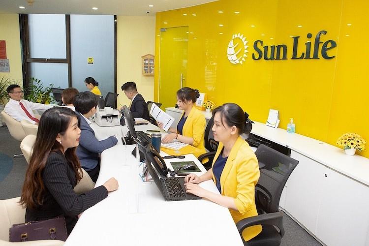 Khách hàng đăng ký sử dụng dịch vụ của Sun Life. Ảnh: S.L.