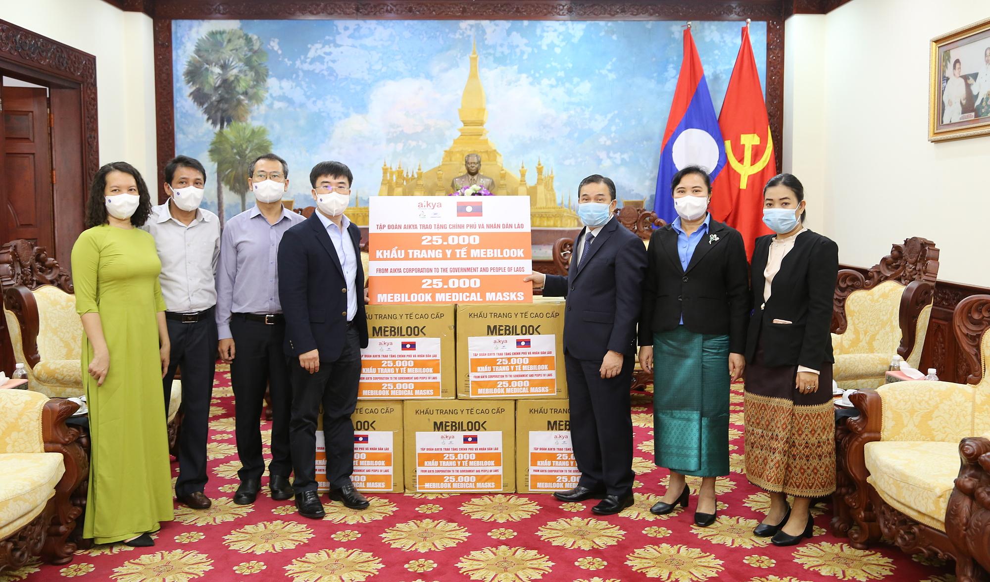 Đại diện Đại sứ Lào (bìa phải) nhậnTập đoàn AIKYA hỗ trợ vật tư y tế cho Chính phủ và người dân Lào.