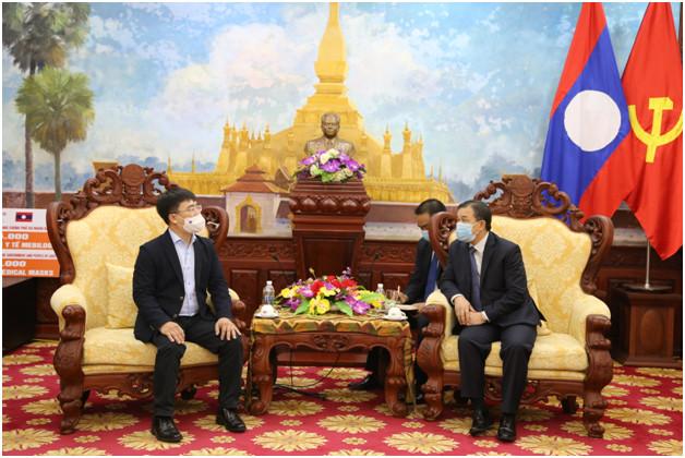 Ông Hà Ngọc Sơn (bên trái) trao đổi với đại diện Đại sứ quán Lào tại Việt Nam.