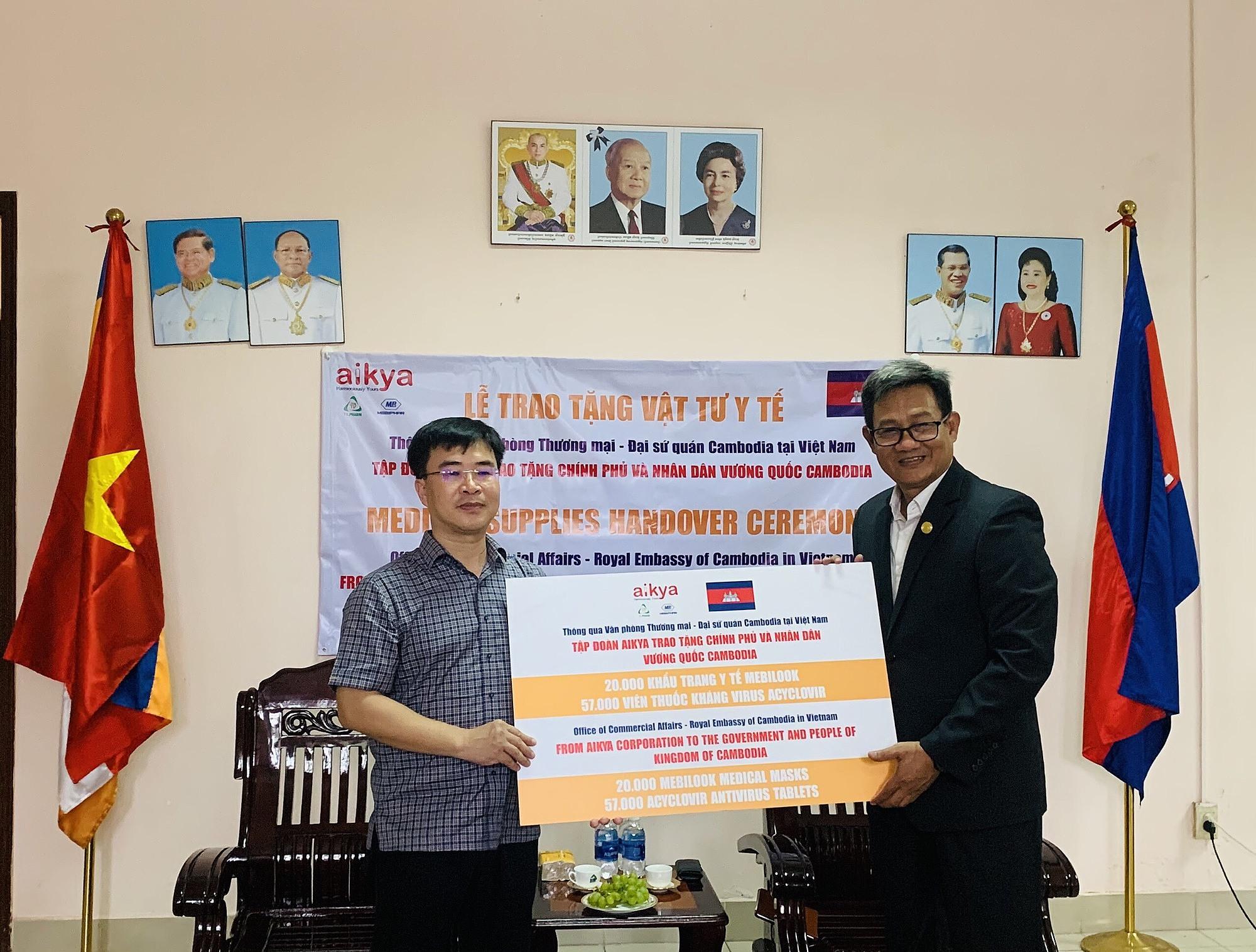 Đại diện Đại sứ quán Campuchia tại Việt Nam (bên phải) tiếp nhận vật tư y tế từ Tập Đoàn Aikya.