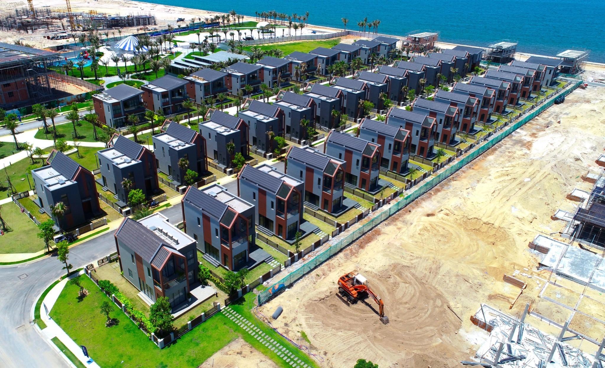 101 căn biệt thự khu biển - phân kỳ The Tropicana sẽ bàn giao vào cuối năm nay. Ảnh thực tế tại công trường tháng 5/2021. Ảnh: Novaland.
