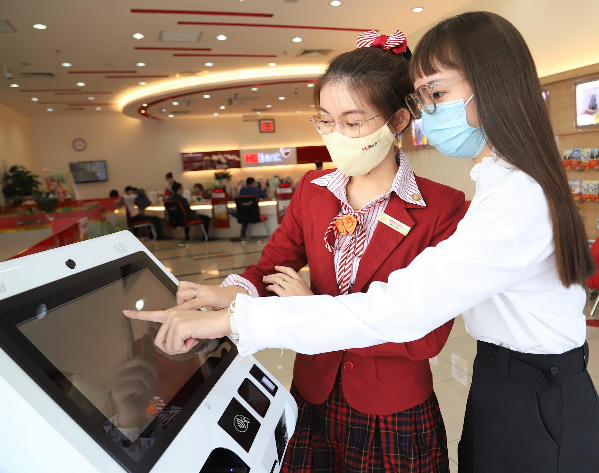Khách hàng sử dụng Smart Kiosk tại HDBank Cộng Hòa. Ảnh: HDBank