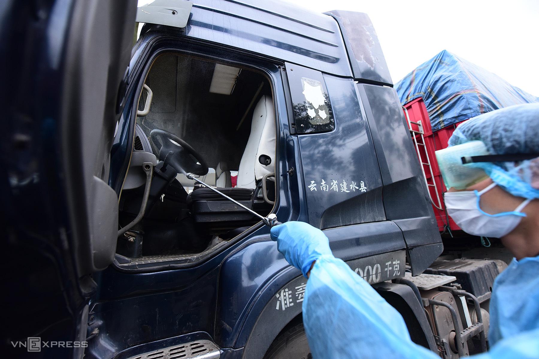 Khử khuẩn phòng Covid-19 với xe vận chuyển hàng qua vùng dịch, cửa khẩu. Ảnh: Giang Huy