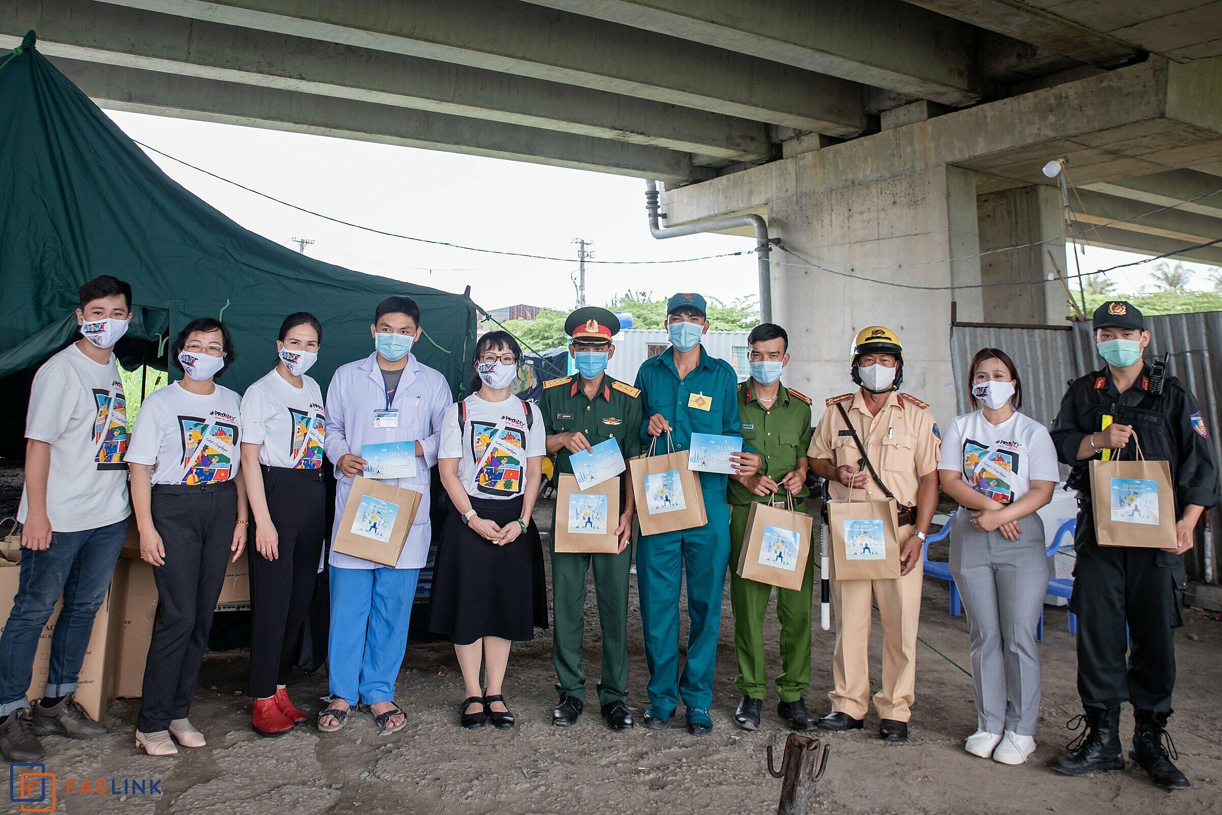 Đại diện Hiệp hội Dệt may Đan Thêu TP HCM và Faslink trao quà cho tuyến đầu chốt kiểm dịch Quốc lộ 22 (giáp tỉnh Tây Ninh).