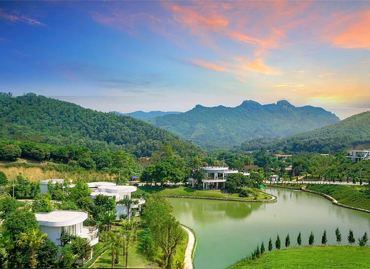 Ivory Villas & Resort được bao quanh bởi núi rừng