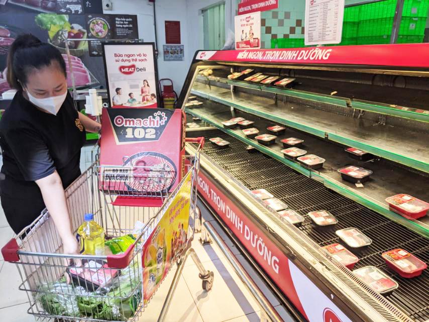 Người tiêu dùng chọn thịt heo MEATDeli tại một siêu thị Vinmart hôm 31/5. Ảnh: Mai Anh