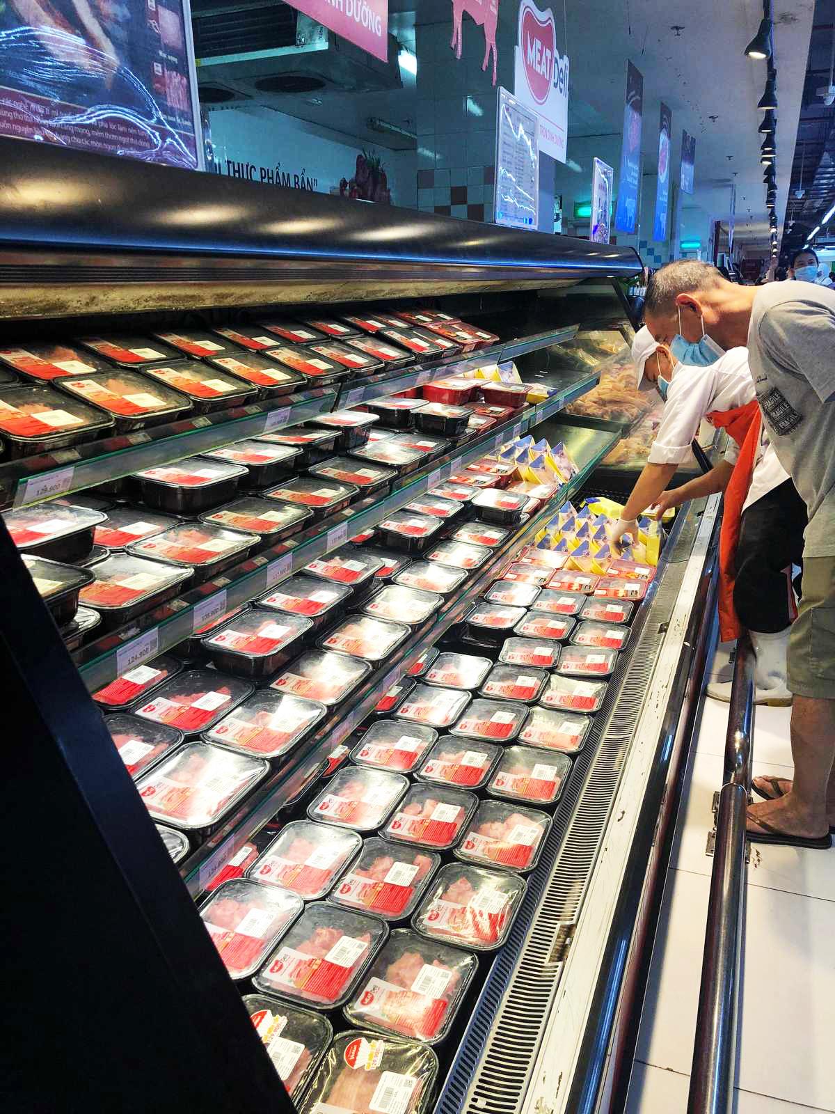 Nhân viên một siêu thị Vinmart liên tục bổ sung thêm hàng tươi sống. Ảnh: Mai Anh.