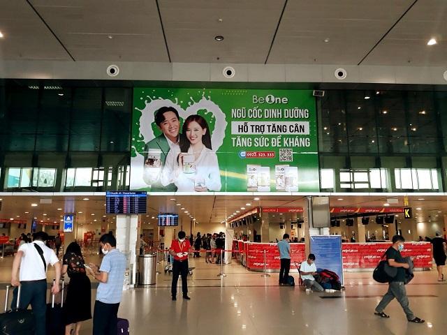 Banner ngũ cốc dinh dưỡng Beone treo tại sảnh sân bay.