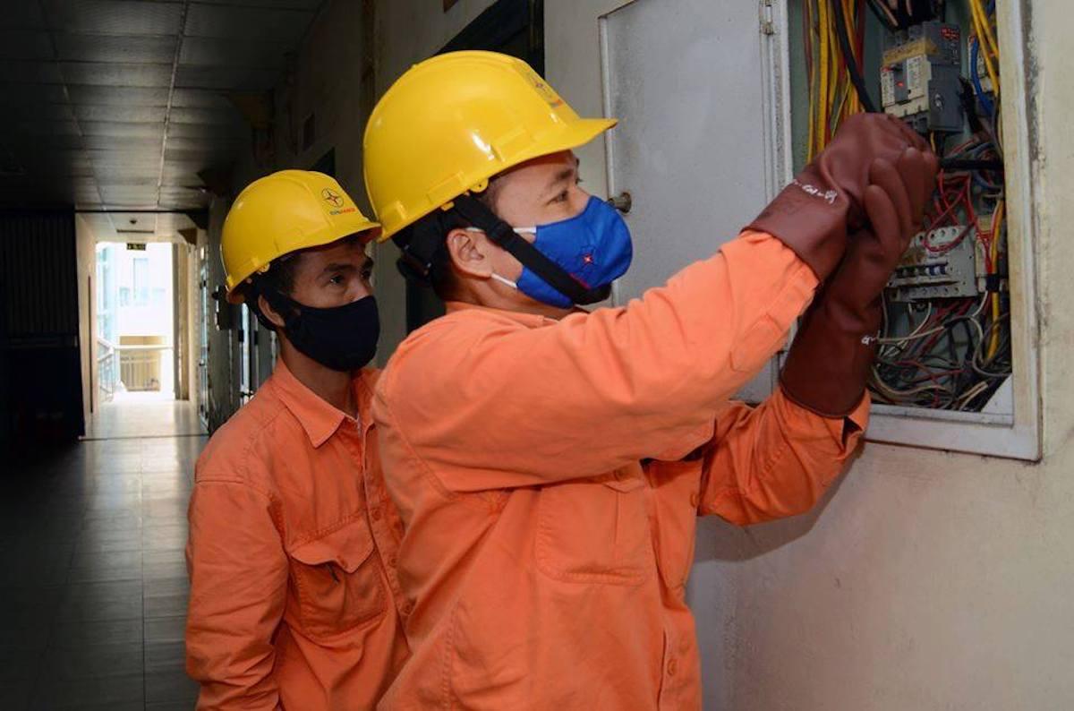 Công nhân EVN Hà Nội kiểm tra công tơ điện tại nhà khách hàng. Ảnh: Thế Hiệp