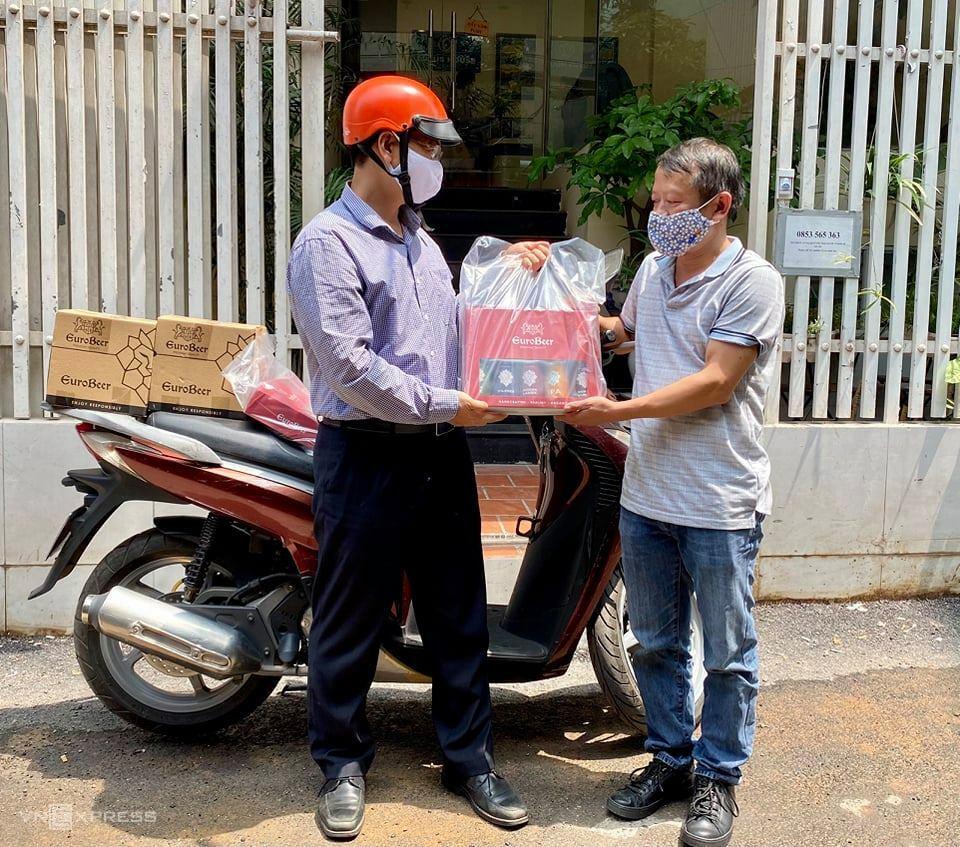 Ông Nguyễn Tiến Đạt, lãnh đạo công ty du lịch, đi giao bia - mặt hàng kinh doanh tay ngang - trong lúc hoạt động chính của công ty khó khăn. Ảnh nhân vật cung cấp.