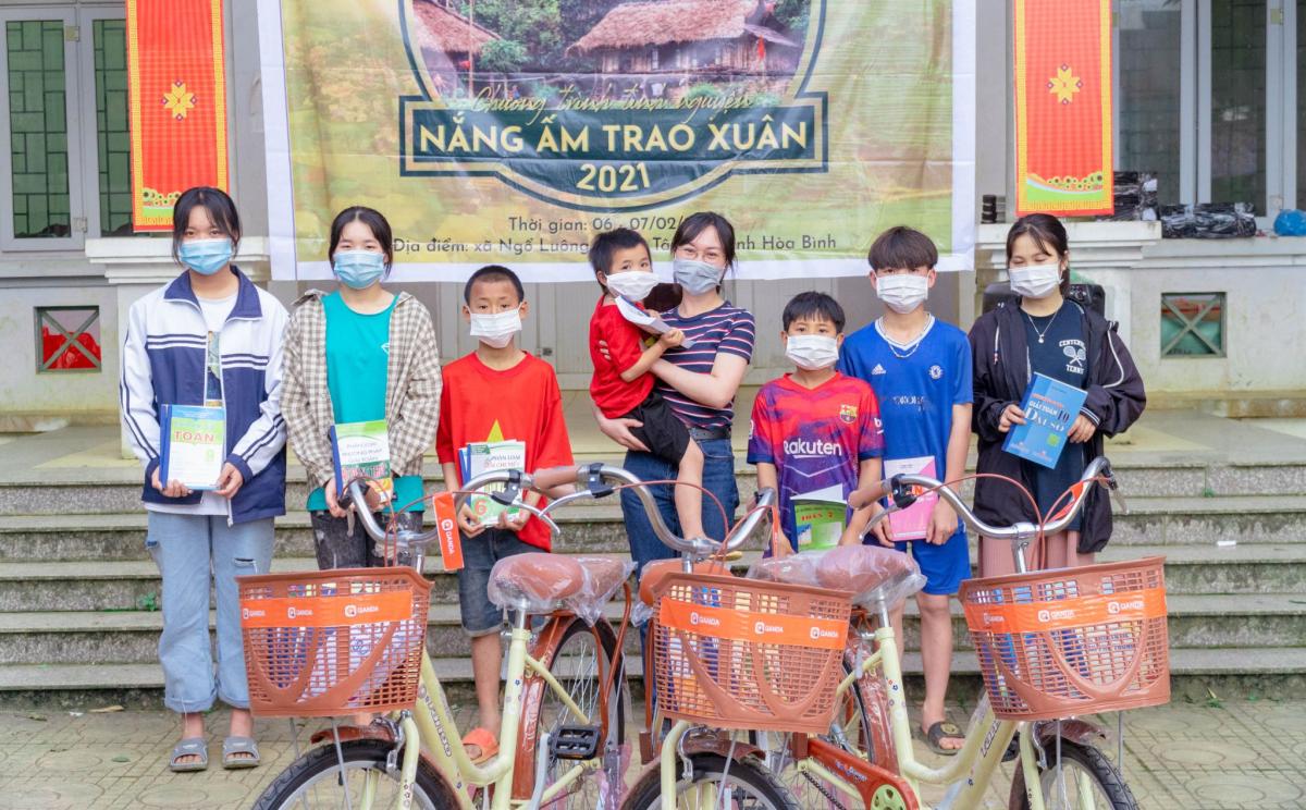 QANDA Vietnam tặng quà cho các em nhỏ khó khăn tại Hòa Bình - 1