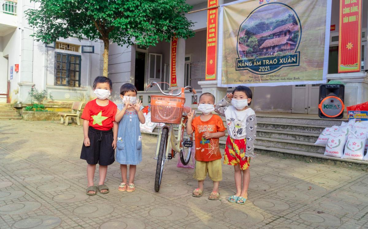 QANDA Vietnam tặng quà cho các em nhỏ khó khăn tại Hòa Bình