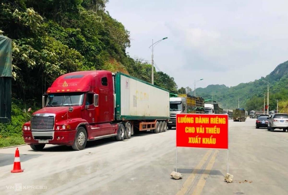 Xe chở vải thiều xuất khẩu được đi luồng ưu tiên. Ảnh: Thế Phương