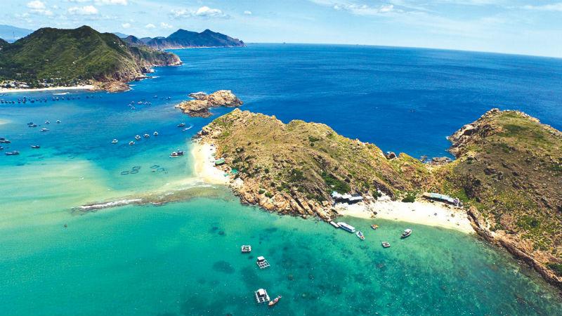 Quy Nhơn sở hữu đường bờ biển dài với nước biển xanh trong, dễ thu hút du lịch. Ảnh: (khách bổ sung sau).
