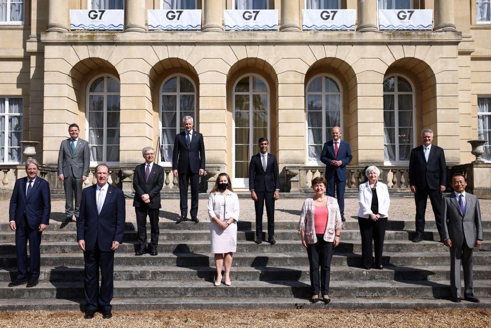 Bộ trưởng tài chính 7 nước G7 cùng với lãnh đạo World Bank, IMF, OECD, Ủy ban kinh tế châu Âu, Eurogroup chụp hình tại phiên họp ở London ngày 5/6. Ảnh: Reuters.